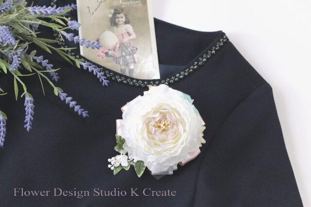 清楚な白いラナンキュラスのコサージュ(ヘッドドレス可) 卒業式 入学式 卒園式 入園式 謝恩会の画像1枚目