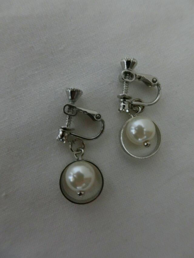 艶やかなファッションアテンダント桐谷さんのシンプルなイヤリングの画像1枚目