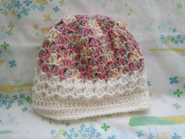 ☆手縫い屋☆ウール100%編み編み帽子☆シェル編み模様☆48㎝☆花畑色&白☆優しくフィット☆ギフトの画像1枚目