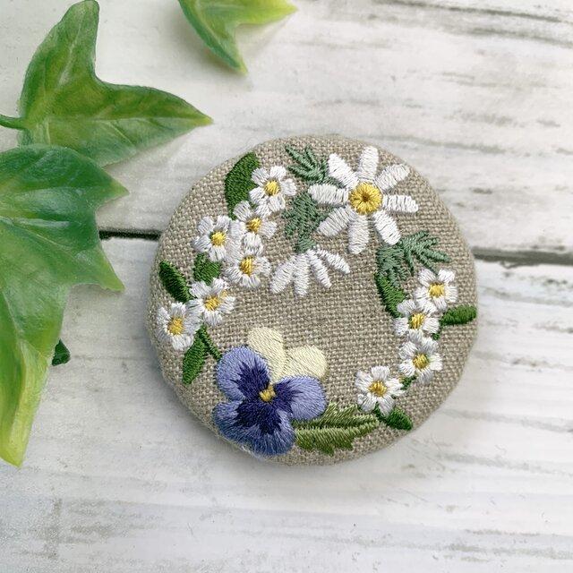 マーガレット・ビオラ・白い小花のリース 刺繍ブローチ   丸50ミリの画像1枚目