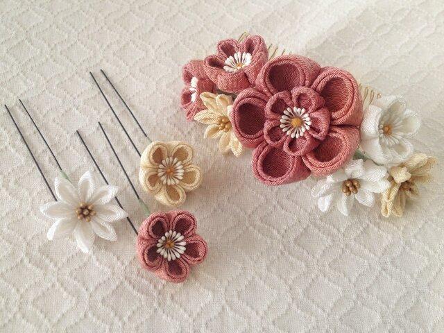 〈つまみ細工〉花のUピン付き梅と小菊のコーム(大・退紅と鳥の子と白)の画像1枚目