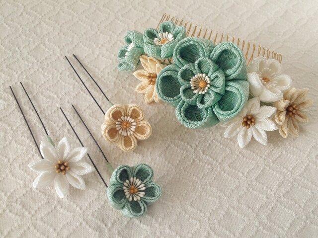 〈つまみ細工〉花のUピン付き梅と小菊のコーム(大・千草色と鳥の子と白)の画像1枚目