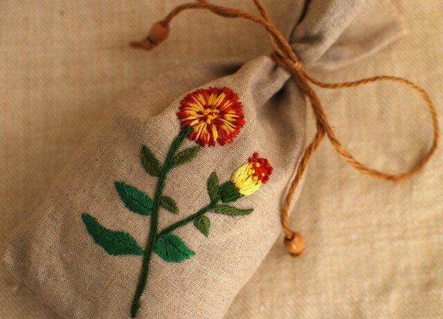 リネンにハーブ刺繍のサシェ〈マリゴールド〉の画像1枚目