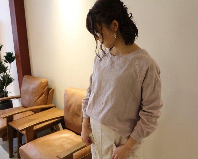 【受注生産】 ふんわりダブルガーゼのシンプルなカフス仕様のプルオーバーブラウス(ライラック)の画像1枚目