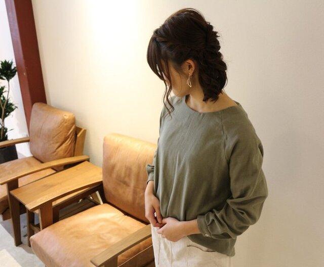 【受注生産】 ふんわりダブルガーゼのシンプルなカフス仕様のプルオーバーブラウス(カーキグレー)の画像1枚目
