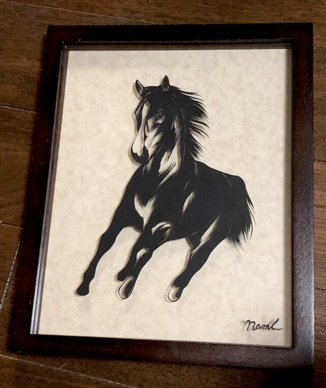 額装済み切り絵・馬、駆けるの画像1枚目