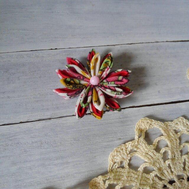 つまみ細工のお花のブローチの画像1枚目