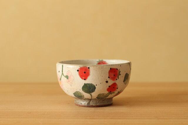 ※C様オーダー品 粉引き 赤とピンクのイチゴの子供用お茶碗。の画像1枚目