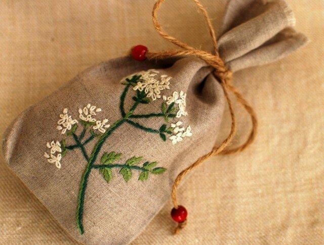 リネンにハーブの刺繍のサシェ〈チャービル〉の画像1枚目