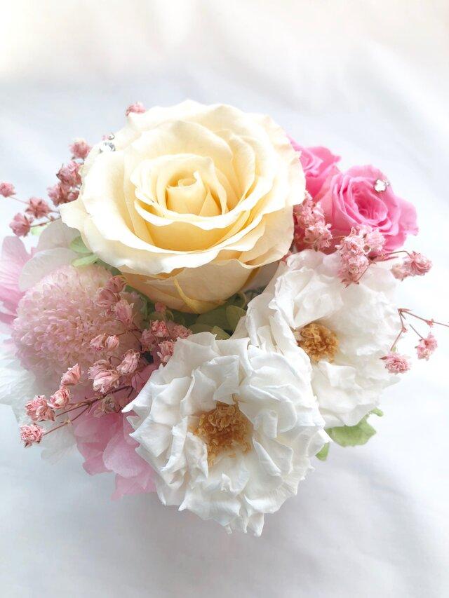 【プリザーブドフラワー/クリーム・桃色・白い薔薇の優しくみア合わせのスクエア陶器アレンジ/リボンラッピング付き】の画像1枚目