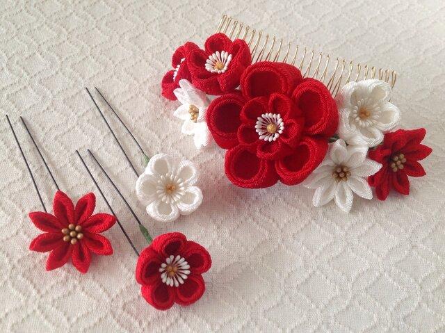〈つまみ細工〉花のUピン付き梅と小菊のコーム(大・赤と白)の画像1枚目