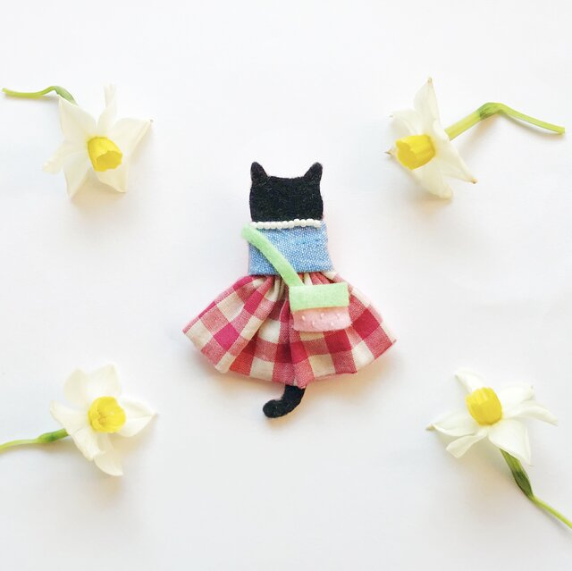 【50%オフ】夏セール●一点物【せなかねこブローチ】苺ポシェット付きワンピースの猫ちゃん(フェルト・刺繍・ビーズ・秋)の画像1枚目