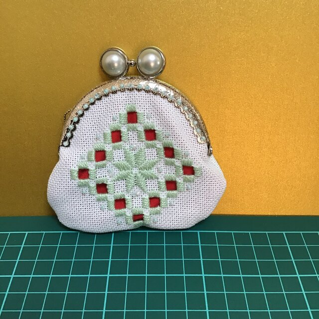 ハーダンガー刺繍のがま口の画像1枚目