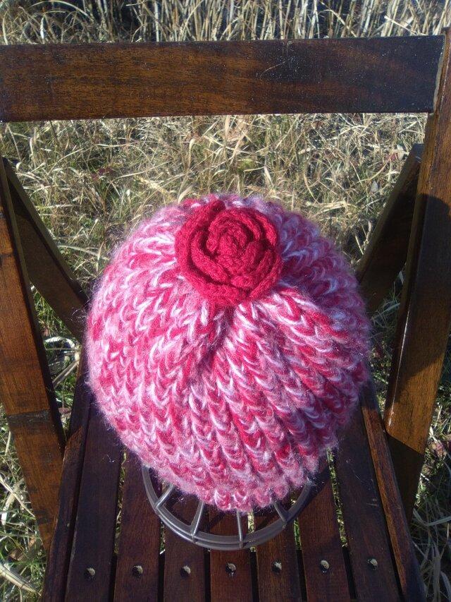 お花のポンポンの赤いニット帽の画像1枚目