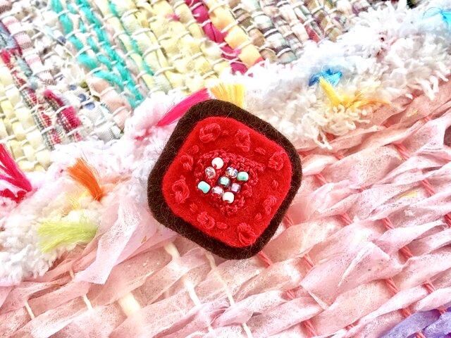 赤と茶色とビーズ編みのブローチの画像1枚目