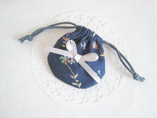 かわいい花柄刺繡デニムのミニ巾着袋(紺)の画像1枚目
