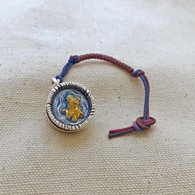 銀製の鈴 『 木桶の金魚 』 (シルバー925+レジン) 根付・バッグチャームの画像1枚目