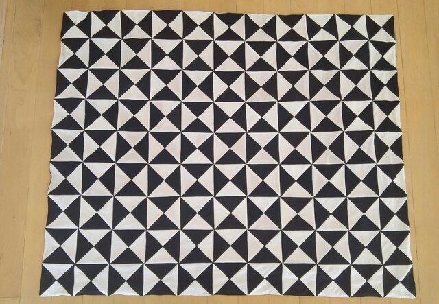 パッチワークのブランケット 白と黒の画像1枚目