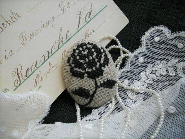 送料無料 クロスステッチばら刺繍ブローチ黒の画像1枚目