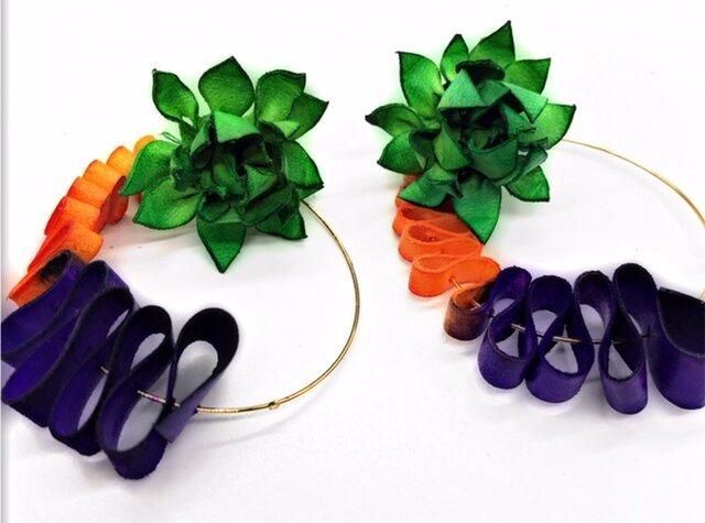 三色までカラーオーダー無料♪ 本革の花とウネウネループのピアス or イアリングの画像1枚目