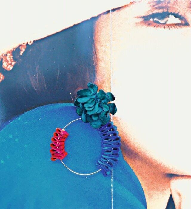 三色までオーダーカラー無料♪ 本革の花とウネウネフープのピアスor イアリングの画像1枚目