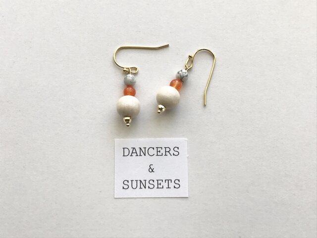 カルセドニー ハウライト ピアス〈Tiny Dancers:ORANGE AND SUN〉の画像1枚目