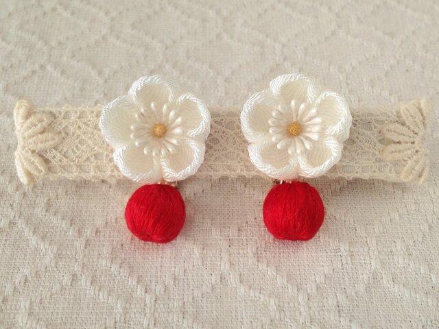〈つまみ細工〉梅と巻き玉のイヤリング(白と赤)の画像1枚目