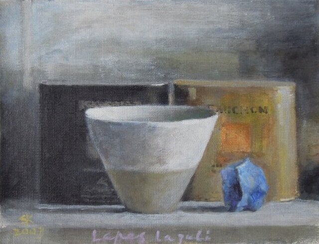 黒とゴールドの紅茶の缶とラピスラズリの画像1枚目