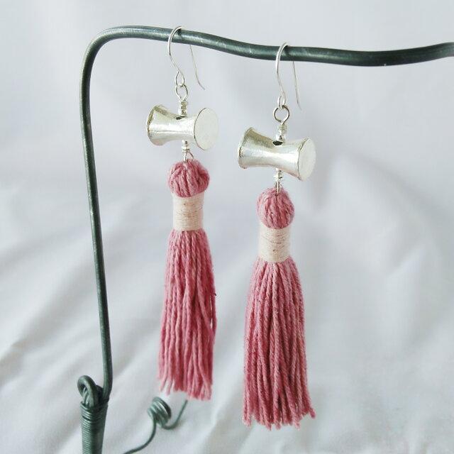セール価格!カレンシルバー&草木染めタッセルのピアス ピンク(タイの草木染め綿糸)の画像1枚目