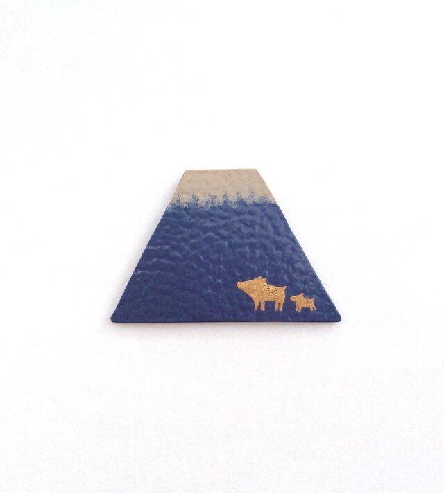富士山に猪の親子のブローチ 漆皮の画像1枚目