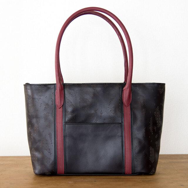 ヌメ・牛革製 / オリジナル柄のパンチング/レザートートバッグ/ 黒とワインレッドの画像1枚目