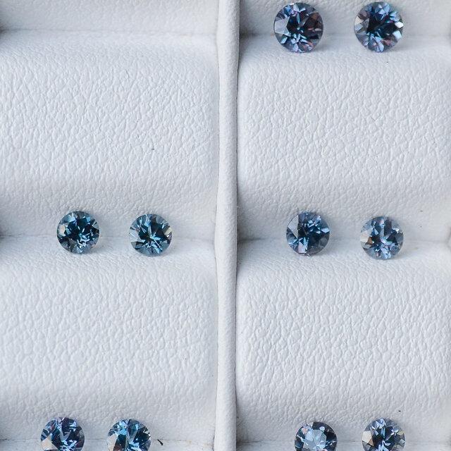 カラーチェンジ・ガーネット(ベキリーブルー)直径約3.2mm, 0.32~0.34ct Pt900一粒ピアスの画像1枚目