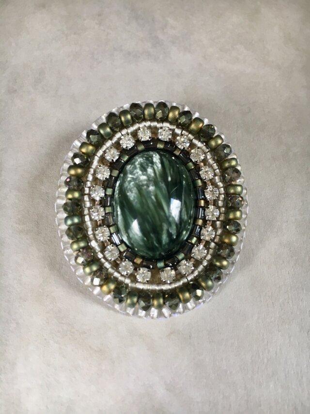 天然石とビーズ刺繍のグリーンブローチ セラフィナイトの画像1枚目