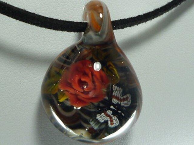 赤いバラと蝶 (ガラス、ペンダント、バラ)の画像1枚目