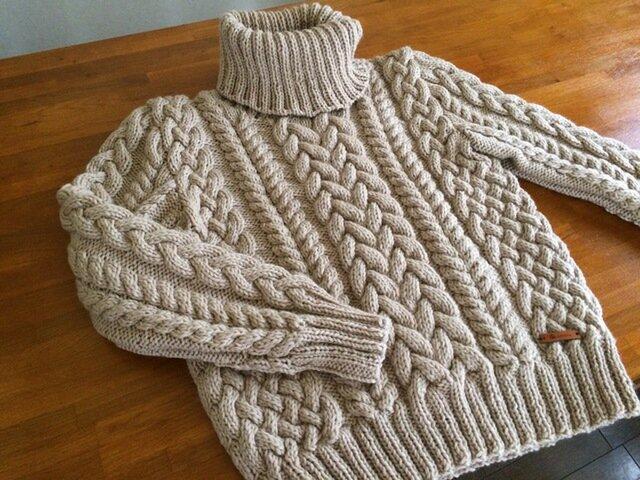 ケーブル編みのタートルネックセーターの画像1枚目