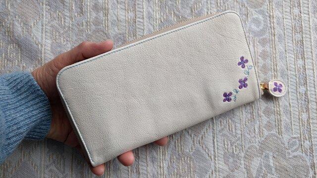 刺繍革財布『hana*hana』ラウンドファスナー型(ヤギ革)オフホワイト×パープルの画像1枚目