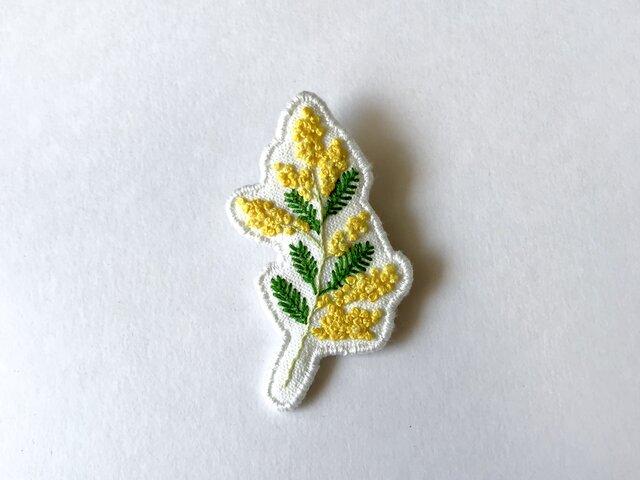 ミモザの刺繍ブローチの画像1枚目