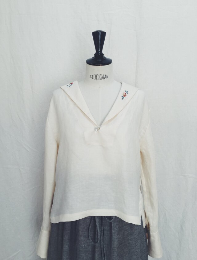 Sailor collar embroidery blouseの画像1枚目