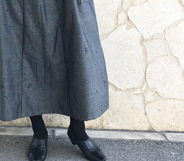 82cm丈、きものリメイクロングスカート、繻子織、グレーブラック、桃の画像1枚目
