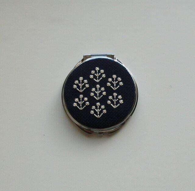 【再販】フラワー刺繍のコンパクトミラー(ネイビー・フラワー)の画像1枚目