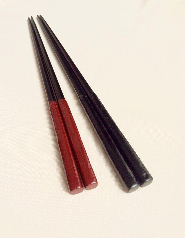 漆塗り夫婦箸セット〈布目塗り 朱・黒〉細めの画像1枚目