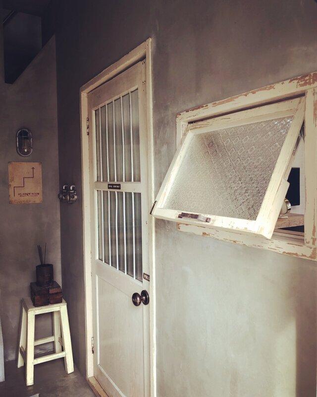 自由設計 数量限定 突き出し窓 ホイトコ付き 滑り出し窓 冊子 アンティーク 新築 古材 窓 ガラス付き ガラス窓の画像1枚目