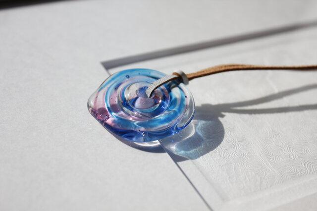 蜻蛉玉の革紐ネックレス〈波紋/青×ピンク〉/2019-22の画像1枚目
