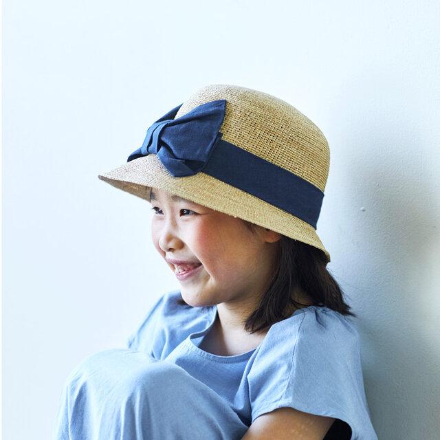 Mina ミーナ ラフィア 子供用 前リボン 女優帽 54cm ナチュラル×ネイビー [UK-H011-MINV54]の画像1枚目