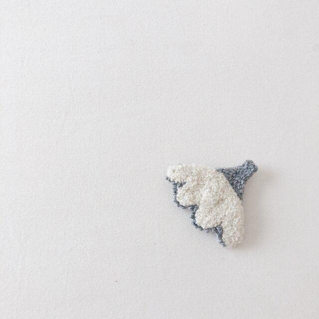 白とグレーのお花のブローチ(ニードルパンチブローチ)の画像1枚目