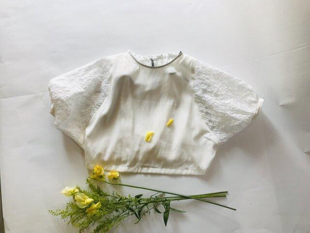 KIDS80-90 後ろ姿も可愛い 花柄刺繍のドルマンプルオーバー  白の画像1枚目
