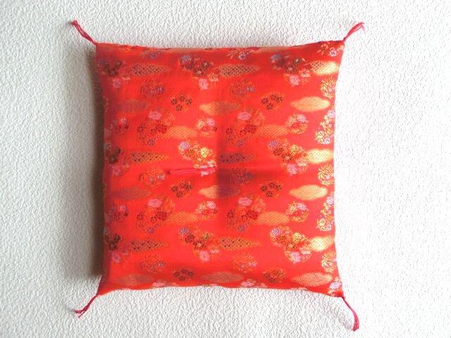 Mさまオーダー 置物用お座布団 西陣織金襴 赤色流雲 25cm角の画像1枚目