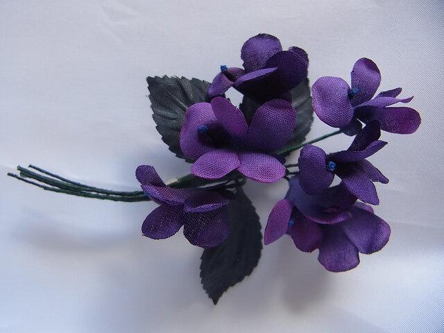 濃い紫色のスミレコサージュの画像1枚目