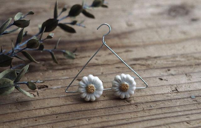 白い小花の耳飾り(ピアス)の画像1枚目