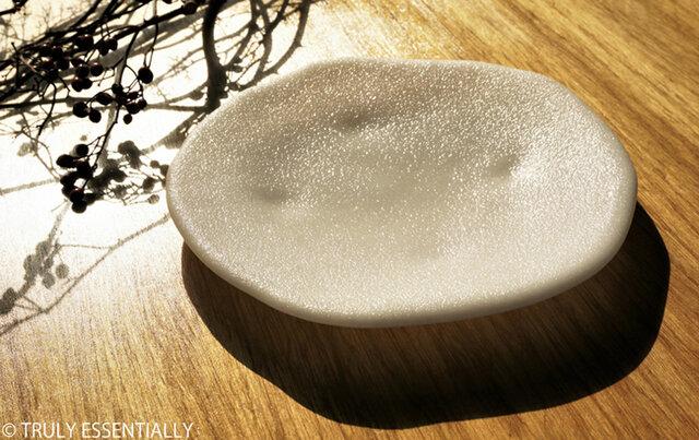 純白ガラスの丸皿 -「 KAZEの肌 」● 21cm・絹目調の画像1枚目